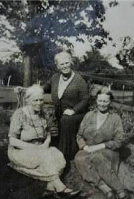 Photo of the Richardson Sisters and Lizzie Buckingham.